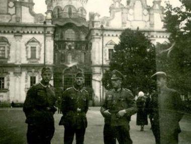 Группа немецких офицеров на фоне Успенского собора. Киев, 1941 год