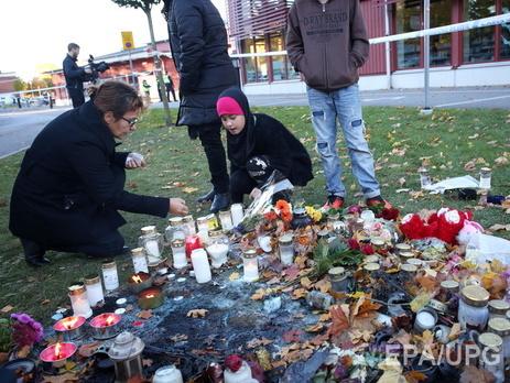 К школе Kronen где произошла трагедия жители Тролльхеттана несут цветы и свечи