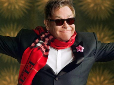 Элтон Джон позировал в именном шарфе бренда Burberry