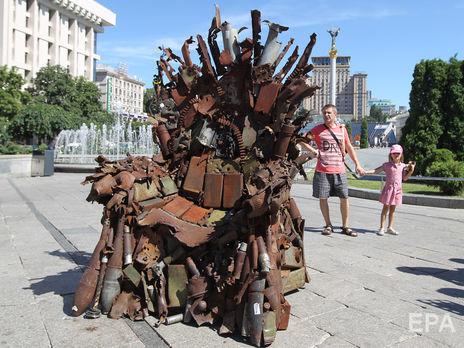 """В Киеве установили """"Железный трон Востока"""", изготовленный из обломков снарядов. Видео"""
