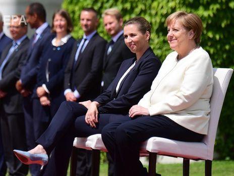 Глави Данії та ФРН слухали гімни своїх країн сидячи