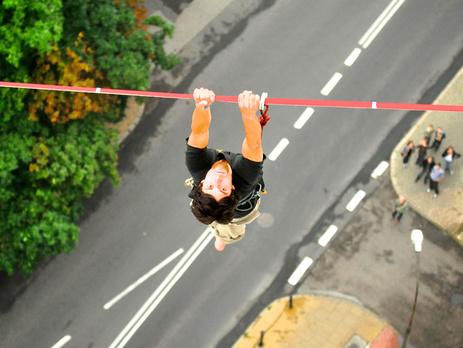 Французский трюкач-экстремал сорвался с30-метровой высоты иразбился насмерть