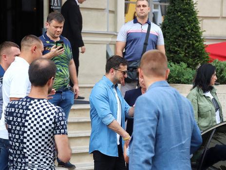 Зеленский (на фото в центре, в синей рубашке) прибыл в Одессу с неофициальным визитом