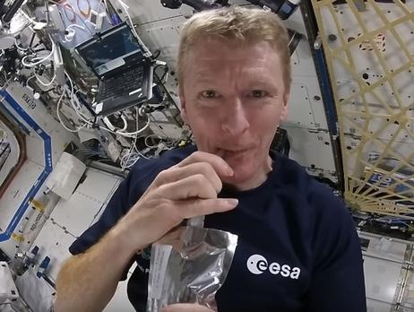 Астронавт Тимоти Пик показал землянам, как сделать кофе в невесомости