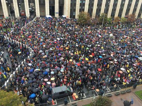 Многие все еще продолжают стоять в очереди чтобы зайти на территорию отведенную для акции
