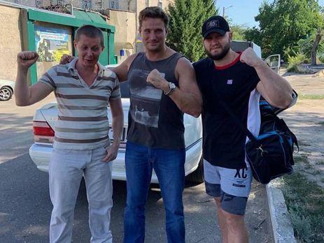 Мефедов (слева), Долженков (справа) и адвокат Рыбин сфотографировались возле СИЗО