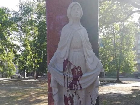 Памятник облили красной краской