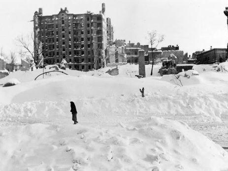 Сейчас на этом месте Майдан Независимости, на заднем плане -- руины дома Гинзбурга, на месте которого после войны была построена гостиница Украина. Киев, зима 1942 года