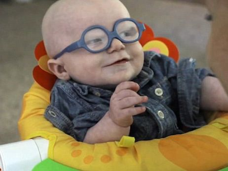 малыш в первые увидел голую маму видео