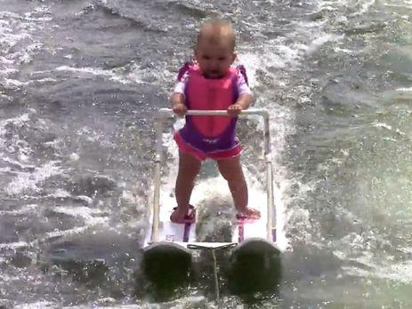 Малышка проехала по воде на лыжах около 209 метров