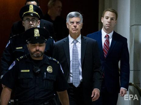 Тейлор (в центре) давал сегодня показания в комитете Конгресса США, который ведёт расследование в рамках процедуры импичмента Трампа