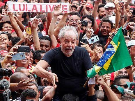 Да Силва (на фото в центре) был осужден за коррупцию