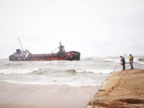 У Одессы из-за непогоды танкер сорвался с якоря, экипаж отказывается эвакуироваться