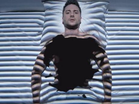 Авторы ролика вложили в текст песни смысл видеоряда клипа