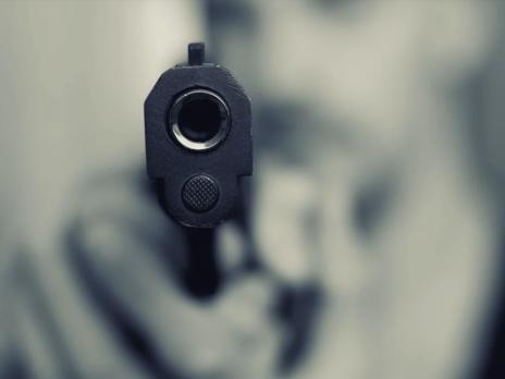 Во время конфликта неизвестные несколько раз выстрелили в потолок
