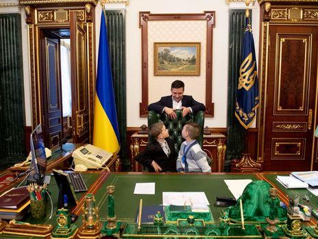 Зеленский показал детям своё рабочее место