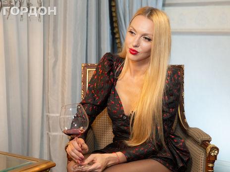 Русская блондинка на входе в душ сняла колготки и пьет воду