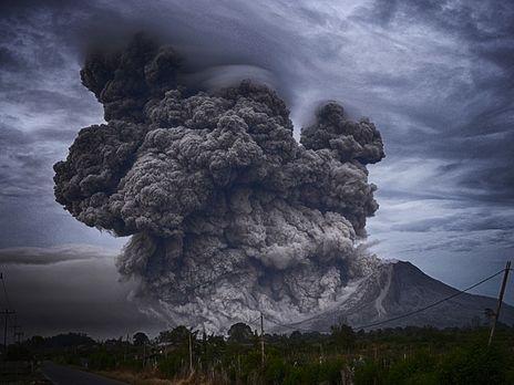 Примерно в 900 м от кратера наблюдались потоки пепла, камней и газов, а крупные камни выбрасывались на высоту около 600 метров
