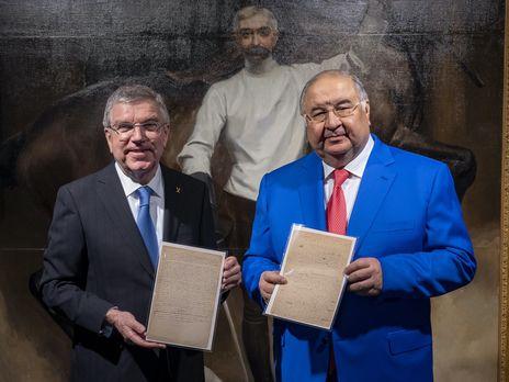 Алишер Усманов (справа) подарил МОК рукопись олимпийского манифеста