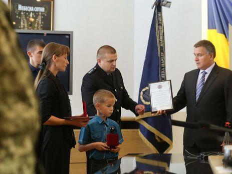 Аваков вручил семьям погибших полицейских ордера наквартиры