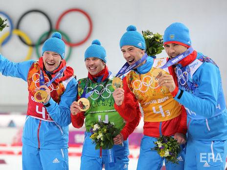 Устюгов (второй слева) и его партнёры лишены золотых медалей мужской эстафеты на Олимпиаде 2014
