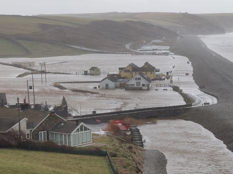 На Великобританію налетів потужний шторм