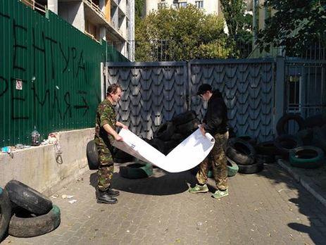 Активисты под зданием «Интера» непускают сотрудников вофис