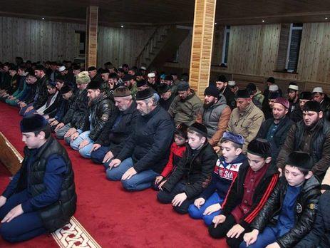В Чечне отца и сына Кадыровых упоминают во время молитвы