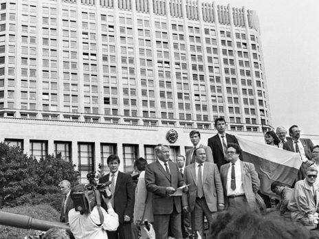 Президент РРФСР Борис Єльцин 19 серпня на мітингу перед Білим домом у Москві