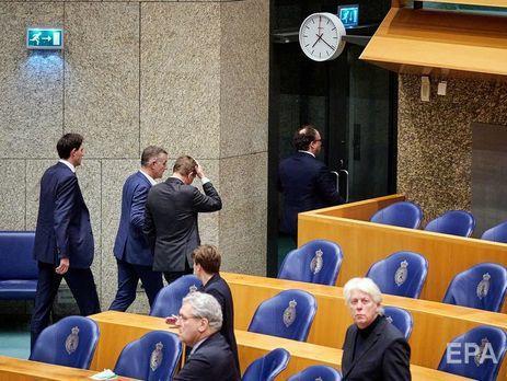 Брюїнс (у центрі праворуч) знепритомнів у парламенті 18 березня