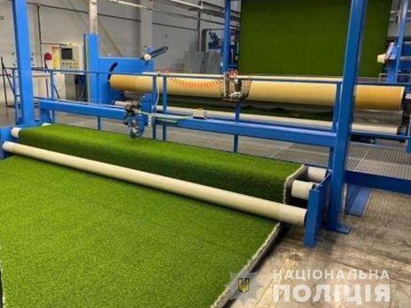 Только одно предприятие имело право на поставку искусственного покрытия для футбольных полей в Киеве, сообщили в Нацполиции