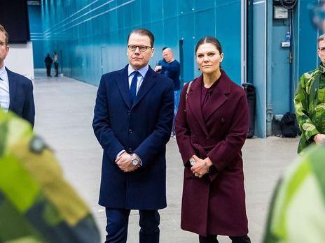 Кронпринцесса Швеции Виктория с супругом посетили полевой госпиталь для инфицированных коронавирусом
