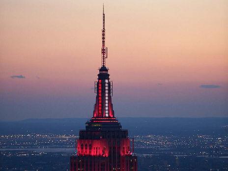 Empire State Building подсветили красно-белым цветом в знак благодарности медикам, которые борются с коронавирусом