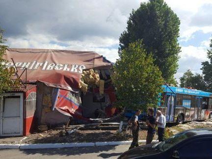 ВКиеве автобус протаранил кафе, есть пострадавшие