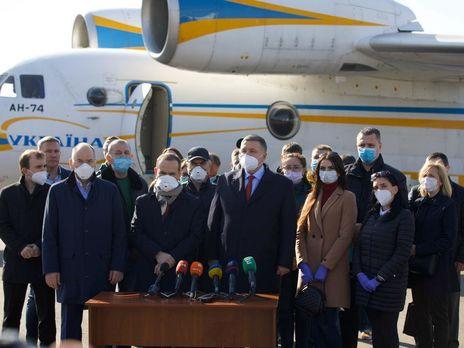 В Неаполе украинских медиков встретили песнями Русланы