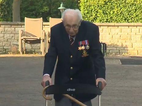 99-летний ветеран из Британии хотел собрать £1 тыс. помощи врачам. Ему прислали £13 млн