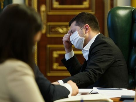 Зеленский поручил рассмотреть возможность страхования украинских медиков, работающих с людьми, инфицированными COVID-19