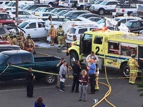 ВСША самолет стремя людьми наборту рухнул напарковку