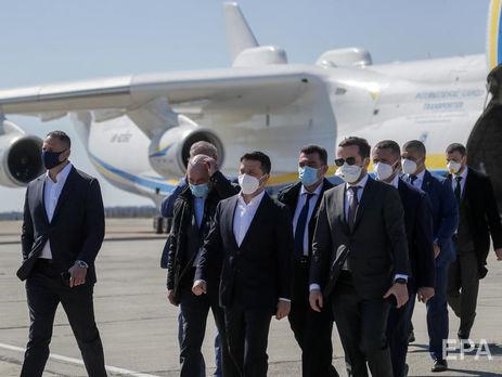 """В """"Эпицентре"""" говорят, что Зеленский встречал на аэродроме борт, оплаченный этой компанией"""