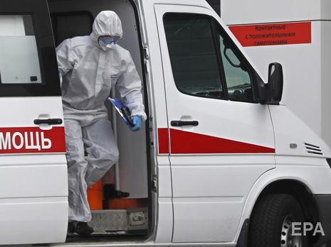 В одном из крупнейших стационаров России коронавирусом заразились более 100 медиков. Врачи работают в обычных масках и строительных очках