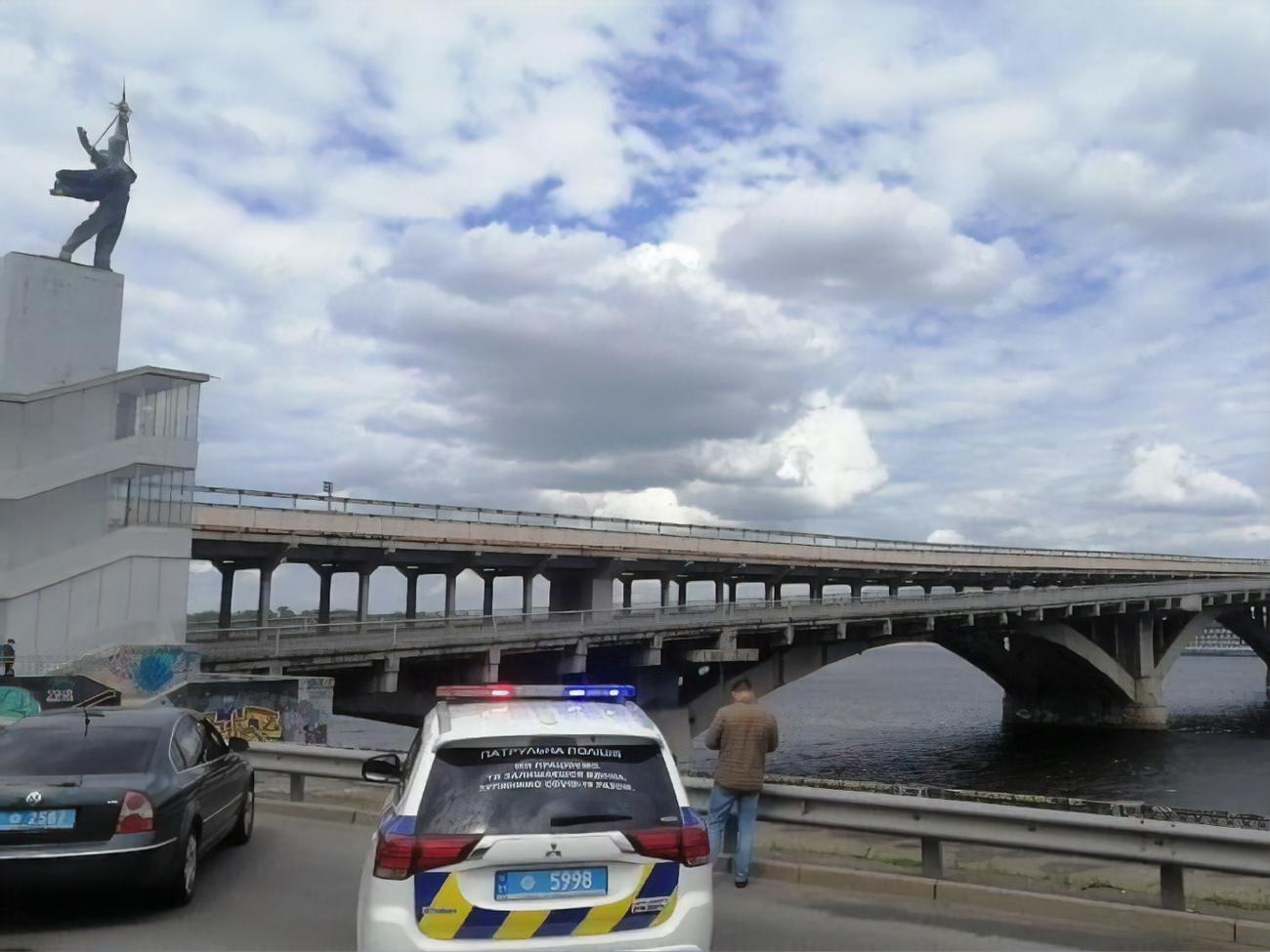 Крищенко: Против мужчины, угрожавшего взорвать мост Метро в Киеве, отк