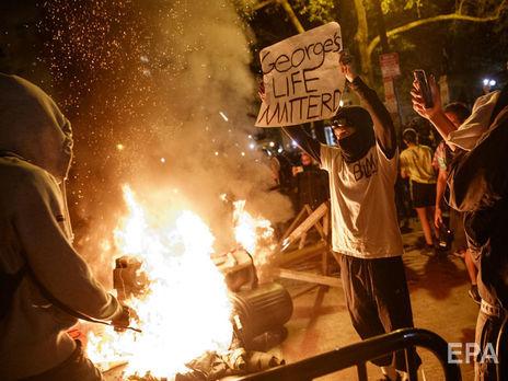 """""""Жизнь Джорджа важна"""" написано на плакате протестующего, вышедшего на акцию против полицейского произвола после убийства Джорджа Флойда"""