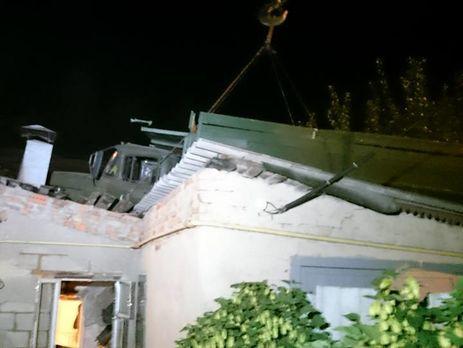 ВХарькове «ЗИЛ» снимали краном скрыши жилого дома