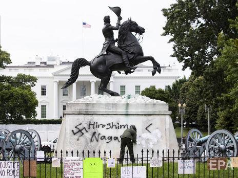 Пам'ятник сьомому президенту США Ендрю Джексону біля Білого дому протестувальники розмалювали свастиками
