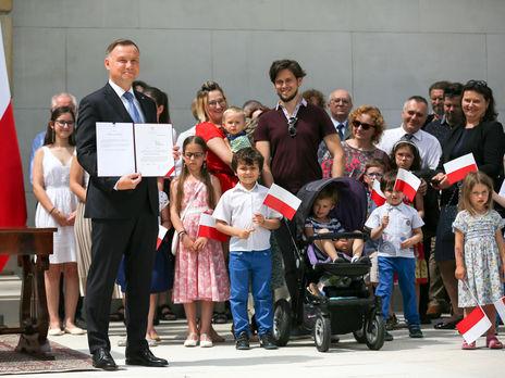 Дуда заявил, что число жителей Польши, выступающих против усыновления детей ЛГБТ-парами, превышает 70%