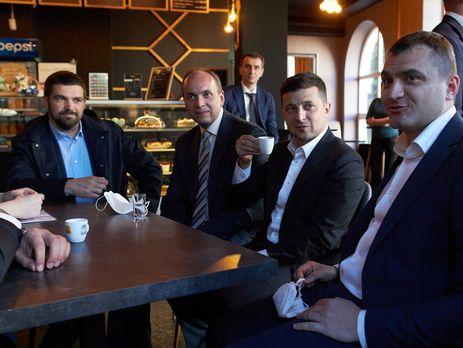 Ляшко (на фото на заднем плане) побывал в кафе в Хмельницком в июне