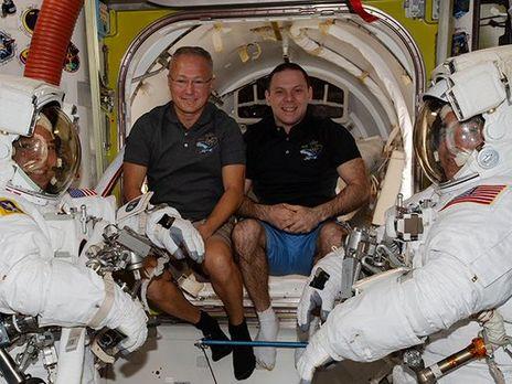 Херли (слева) и Бенкен готовятся к полету на Землю