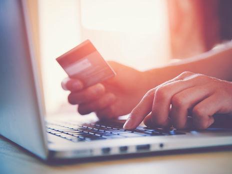 За даними НБУ, загальна кількість незаконних дій із платіжними картками, щодо яких завдано збитків, упродовж минулого року знизилася на третину