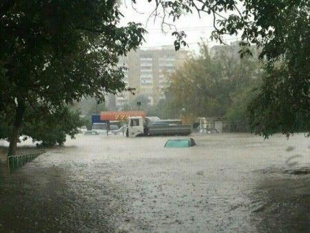 ВОдессе сильный ливень затопил улицы, город стоит впробках