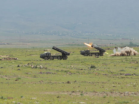 На границе Армении и Азербайджана идут бои с применением артиллерии